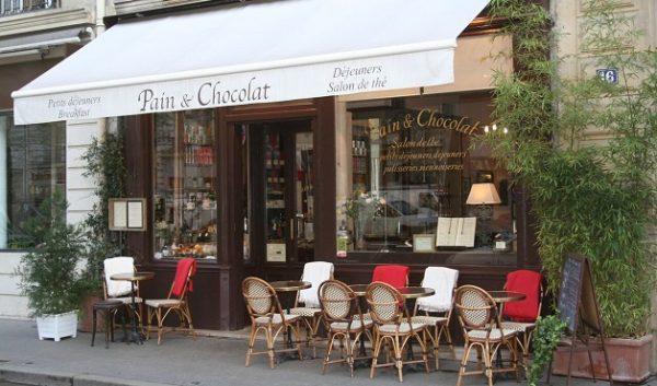 Francúzska káve v kaviarni v Paríži