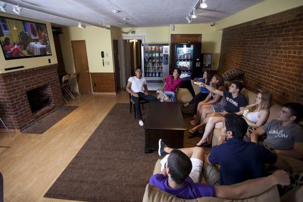 Študenti v spoločenskej miestnosti v rezidencii v Bostone