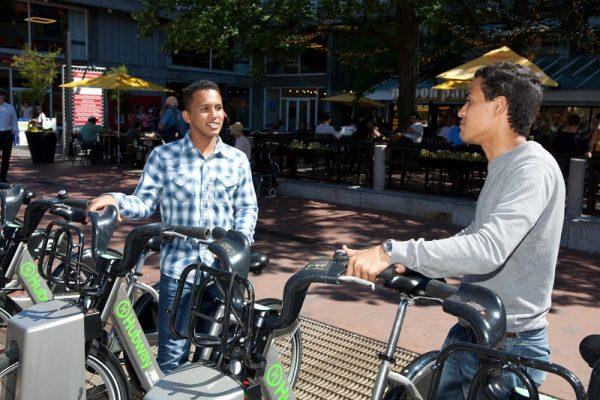 Študenti sa bicyklujú v Bostone