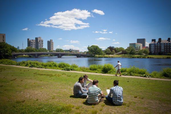 Študenti pri vode v Bostone