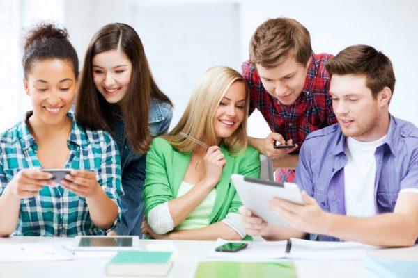 Mladí ľudia v triede na jazykovom pobyte.