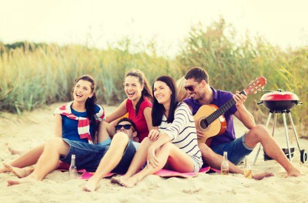 Mladí ľudia hrajú na gitare na jazykovom pobyte.