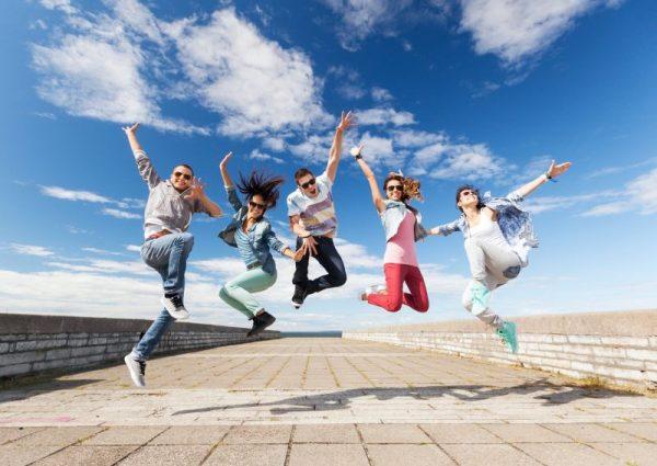 Mladí ľudia skáču na jazykovom pobyte.