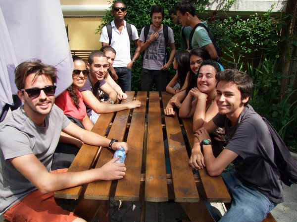 Studenti v campuse na jazykovom pobyte na Malte.