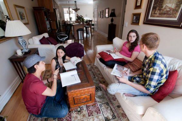 Väčšina rodín je komunikatívna a sú radi, keď k ním príde študent zo zahraničia.