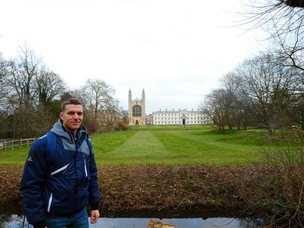 Študent na výlete v Cambridge.