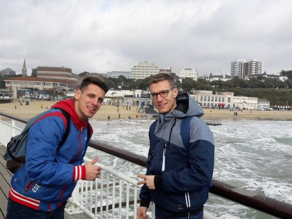 Prechádzka po promenáde v Bournemouth.